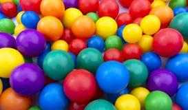 Farbige Bälle für ein trockenes Pool der Kinder Farbiger Hintergrund stockbild