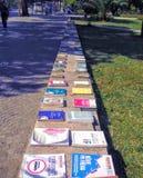 Farbige Bücher in der Linie auf einer niedrigen Mauer nach Tirana in Albanien stockfotografie
