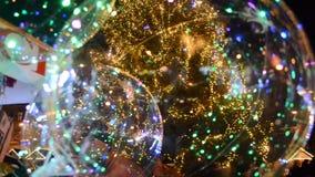 Farbige Ballone auf dem Hintergrund eines Weihnachtsbaums I stock video