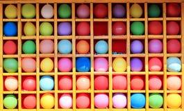 Farbige Ballone in den quadratischen Zellen Stockfotografie