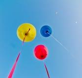 Farbige Ballone im blauen Himmel Stockbild