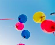Farbige Ballone im blauen Himmel Stockfotografie