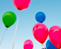 Farbige Ballone im blauen Himmel Lizenzfreie Stockbilder
