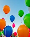 Farbige Ballone im blauen Himmel Stockbilder