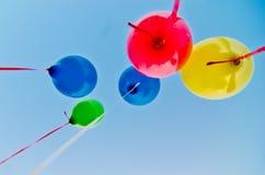 Farbige Ballone im blauen Himmel Lizenzfreies Stockbild