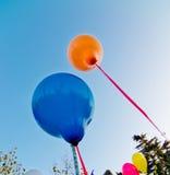 Farbige Ballone im blauen Himmel Lizenzfreies Stockfoto