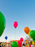 Farbige Ballone im blauen Himmel Lizenzfreie Stockfotografie