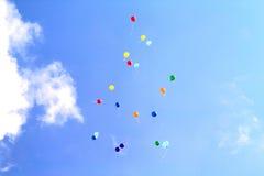 Farbige Ballone im Himmel für einen Hintergrund, fliegend steigt im Ballon auf Lizenzfreie Stockfotografie