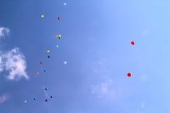 Farbige Ballone im Himmel für einen Hintergrund, fliegend steigt im Ballon auf Lizenzfreie Stockbilder