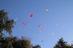 Farbige Ballone im Himmel für einen Hintergrund, fliegend steigt im Ballon auf Stockfotografie