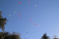 Farbige Ballone im Himmel für einen Hintergrund, fliegend steigt im Ballon auf Lizenzfreies Stockbild