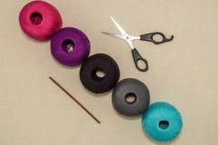 Farbige Baumwollgarne mit Häkelnadel und Scheren Stockbild