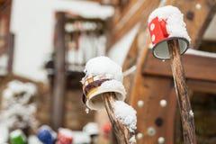 Farbige Becher auf einem Bretterzaun in einem Märchenlanddorf Lizenzfreie Stockfotos
