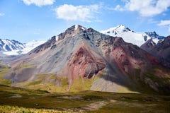 Farbige Berge in Kichik-Alai-Tal Lizenzfreie Stockfotos