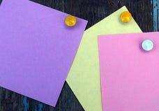 Farbige Blätter Papier und Knöpfe Lizenzfreies Stockbild