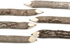 Farbige Bleistift-Zeichenstifte eingestellt in raue strukturierte Barke Lizenzfreie Stockfotografie