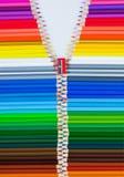 Farbige Bleistifte als Strickjacke mit Reißverschluss stockbild