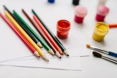 Farbige Bleistifte, Aquarell, Farben, Bürste, Sketchbook, Weißbuch lokalisiert auf Hintergrundtabelle Kreative Ideen, Kreativität Stockbilder