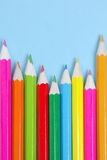 Farbige Bleistifte auf dem Blau Stockfotografie