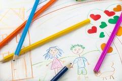 Farbige Bleistifte auf dem Hintergrund von children& x27; s-Zeichnung Lizenzfreies Stockbild