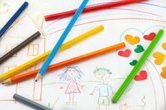 Farbige Bleistifte auf dem Hintergrund von children& x27; s-Zeichnung Stockfoto