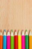 Farbige Bleistifte auf dem Holz Stockfotografie