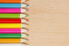 Farbige Bleistifte auf dem Holz Stockfotos