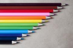 Farbige Bleistifte auf dem Kraftpapier Lizenzfreie Stockfotos