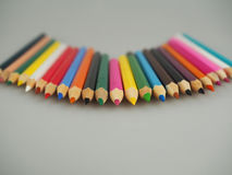 Farbige Bleistifte auf dem Tisch Stockbilder