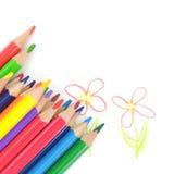 Farbige Bleistifte auf der Zeichnung des Kindes Stockfotografie