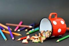 Farbige Bleistifte auf dunklem Hintergrund Lizenzfreies Stockfoto