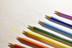 Farbige Bleistifte auf einem Blatt des Weißbuches stockfoto