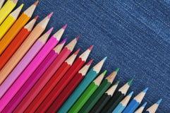 Farbige Bleistifte auf einem Blue Jeans-Hintergrund Panorama Lizenzfreie Stockfotografie