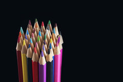 Farbige Bleistifte auf einem dunklen Hintergrund Stockfotos