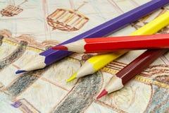 Farbige Bleistifte auf einem Hintergrund des Studentenbildes Lizenzfreies Stockfoto