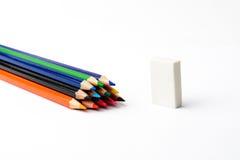 Farbige Bleistifte auf einem weißen Blatt Papier Stockfotografie