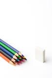 Farbige Bleistifte auf einem weißen Blatt Papier Stockfotos