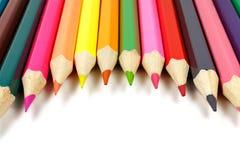 Farbige Bleistifte auf einem weißen Hintergrund gelegt in ein Halbrund Lizenzfreie Stockbilder