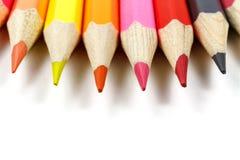 Farbige Bleistifte auf einem weißen Hintergrund, Vorderansicht Stockfoto