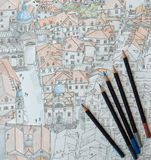 Farbige Bleistifte auf einer farbigen Bleistift-Zeichnung von Dubrovnik Stockbild