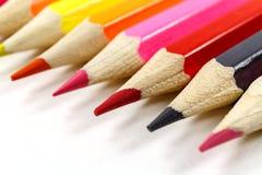 Farbige Bleistifte auf einer weißen Hintergrundnahaufnahme Stockbilder