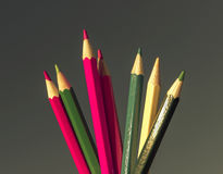 Farbige Bleistifte auf grünem Hintergrund, Nahaufnahme Lizenzfreies Stockbild