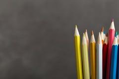 Farbige Bleistifte auf Grau Lizenzfreie Stockfotos