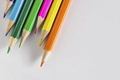 Farbige Bleistifte auf Papier Stockfotos