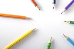 Farbige Bleistifte auf Papier Lizenzfreies Stockbild
