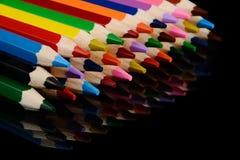 Farbige Bleistifte auf schwarzem Hintergrund mit Reflexion Lizenzfreie Stockfotografie