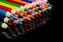 Farbige Bleistifte auf schwarzem Hintergrund mit Reflexion Lizenzfreie Stockbilder