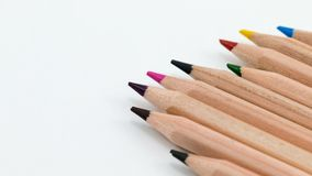 farbige Bleistifte auf weißem Hintergrund Stockfotos