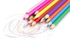 farbige Bleistifte auf weißem Hintergrund Stockbilder