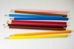 farbige Bleistifte auf weißem Hintergrund stockfotografie